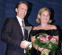 Ralph Gottmann, Aufsichtsratsvorsitzenden der beauty alliance, bei der Verleihung des Preises an Britta Bartholomä