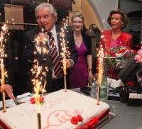 Kurt, Caroline und Helga Prenzler beim Anschneiden der Geburtstagstorte