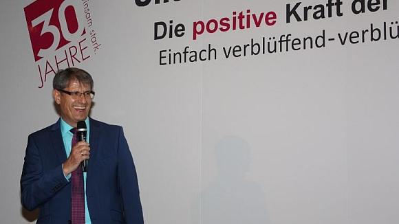 Dankesworte von Manfred Dietzler am Ende des gelungenen WIR-FÜR-SIE Jubiläums-Unternehmerkongress 2019 [Bild:  WIR-FÜR-SIE]