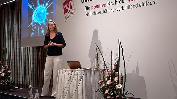 Kribbeln im Kopf -  Trainerin Nicola Fritze beim WIR-FÜR-SIE Jubiläums-Unternehmerkongress 2019 [Bild: parfuemerienachrichten]