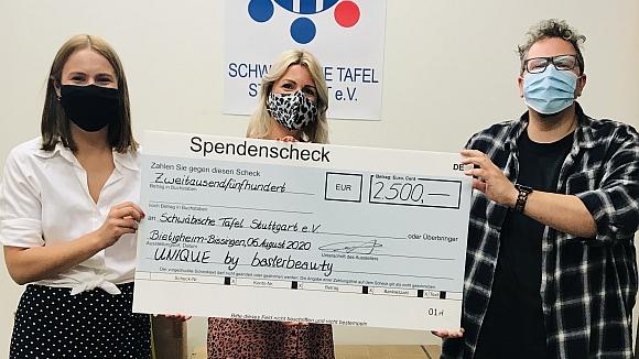 Unterstützung für die Tafel - gemeinsame Aktion in Stuttgart. Übergabe des Spendenschecks an die Stuttgarter Tafel.